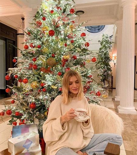 Праздник к нам приходит: как российские и зарубежные звезды украсили свои елки к Рождеству и Новому году Звезды,Новости о звездах