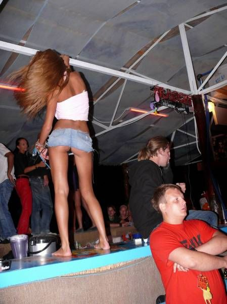Под юбки девушек вечеринке — pic 1