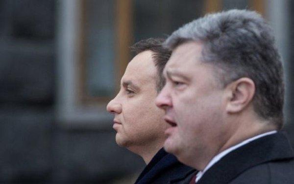 Польский президент не пожал руку Порошенко.
