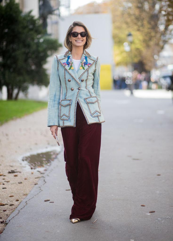 Девушка в бордовых широких брюках