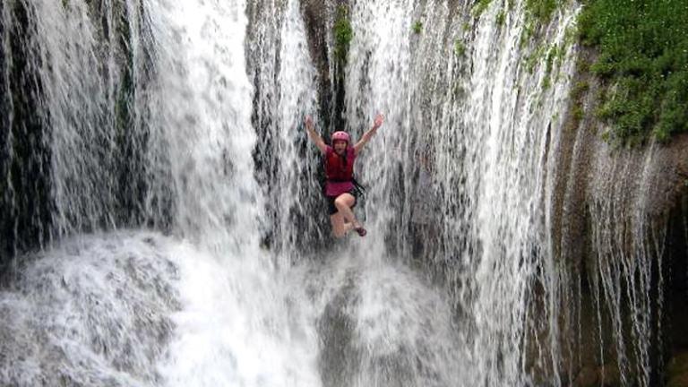 6 мест, будто созданных для прыжков с водопадов