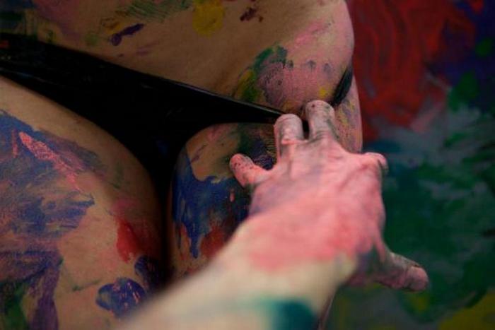 Казанский художник пишет свои картины молодыми голыми женщинами живопись,картины,художник