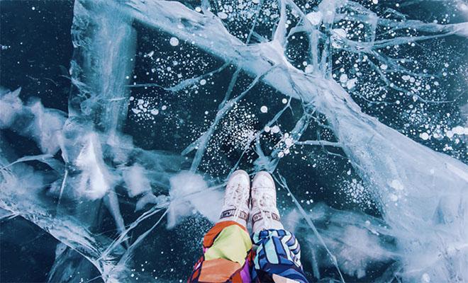 Видео: прогулка по прозрачному льду Байкала, под которым черная бездна глубины