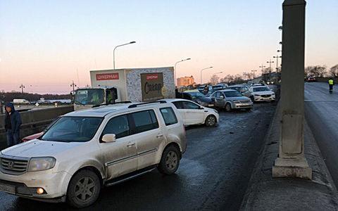 В Санкт-Петербурге столкнулось около 30 автомобилей
