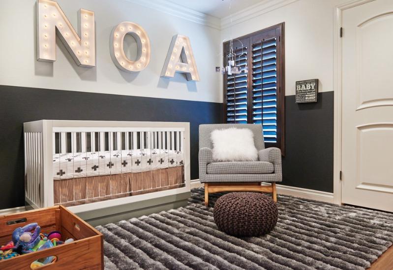 Черно-белая стена с буквами имя ребенка