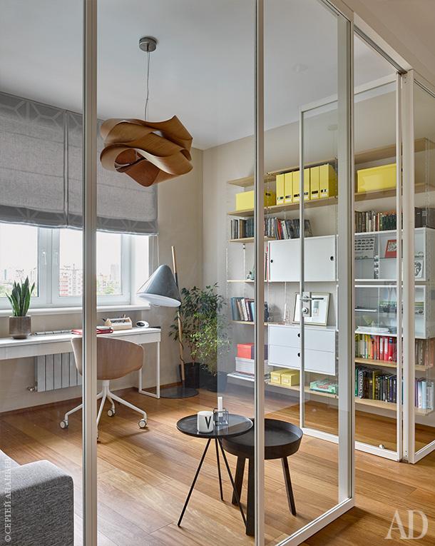 Стол, Hay; торшер и кресло, Bolia; стеллаж, String; подвесной светильник, LZF. Смотрите весь проект по клику на изображение.