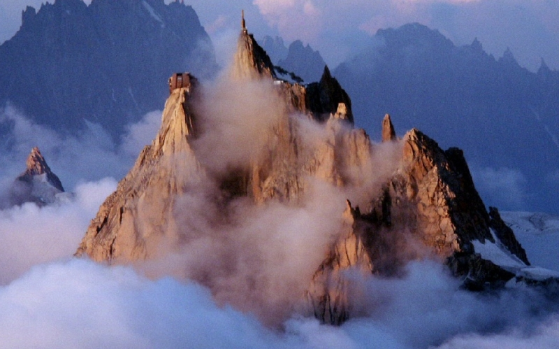 Монблан Месторасположение: Франция, Италия. Альпы Высота: 4 695 м Монблан или Белая гора – самый высокий массив в горной гряде и самая высокая вершина в Европе. Среди альпинистов гора Монблан не считается особо опасной для восхождения, однако по какой-то зловещей иронии судьбы бьет рекорды по смертности. За историю восхождений, насчитывающей более двух веков, склоны Белой горы унесли жизни нескольких тысяч скалолазов – цифра, до которой далеко даже Эвересту.