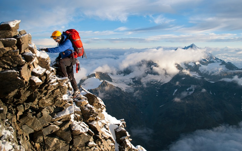 Маттерхорн Месторасположение: Швейцария, Италия. Альпы Высота: 4 478 м Один из самых сложных для покорения пиков в Альпах – его северный склон вообще считается непреступным и технически самым сложным для покорения. Не облегчают подъем частые лавины и камнепады. Однако в 1865 году вершину Маттерхорна покорили сразу дважды. Правда, первая группа из четырех человек сорвалась в пропасть из-за обрыва троса.