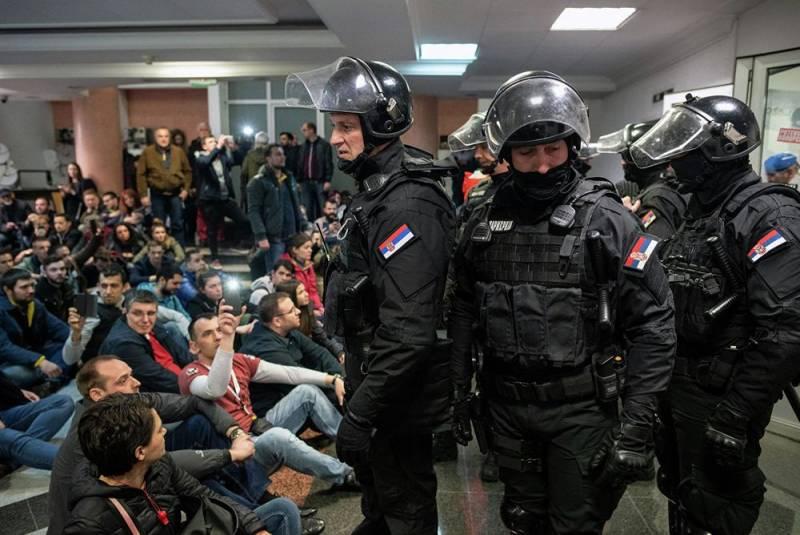 Беспорядки в Сербии: протестующие прорвались к президентскому дворцу