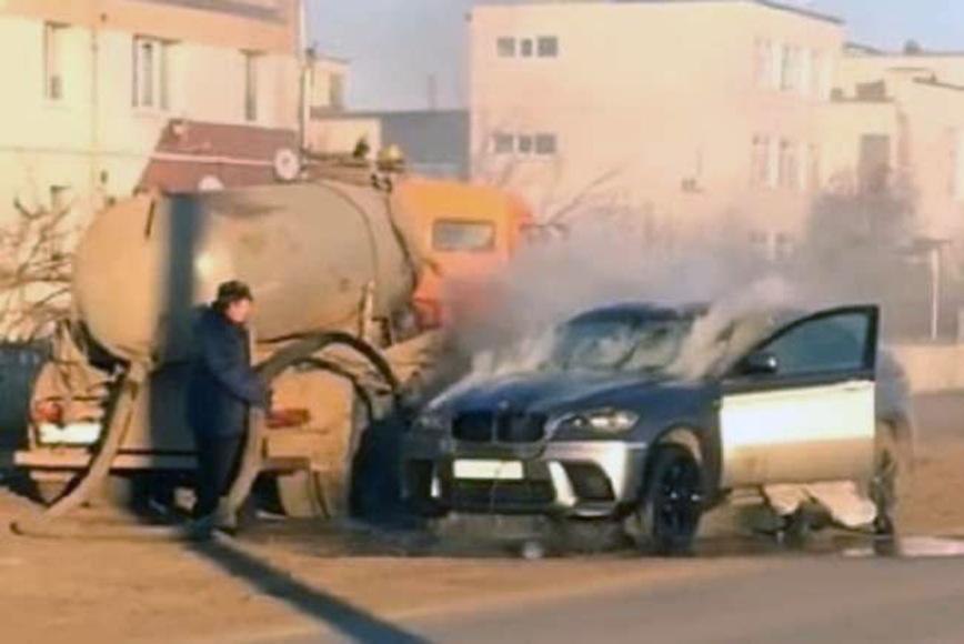 Как загоревшийся BMW X6 потушили с помощью ассенизатора