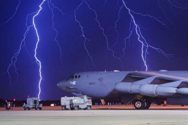 Самолет и молнии