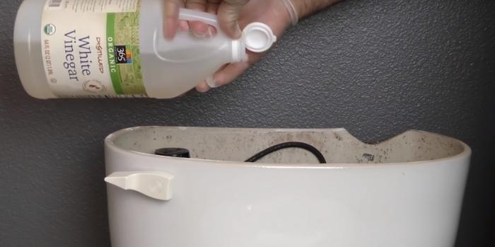 Заливаем уксус в унитаз, чтобы убить все бактерии.
