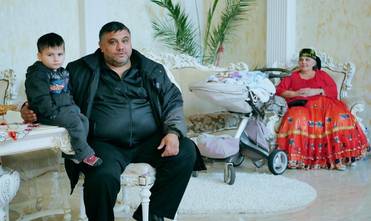 Мрамор, айфоны и позолота. Как живет самое богатое ромское село Закарпатья