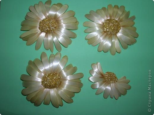 Делая ромашки для подарка к 8 марта решила показать вам поэтапно как делаются самые простые цветы из соломки с приданием полуобъема. МК для начинающих, кто еще не умеет работать с соломкой, поэтому все подробно. . Фото 15