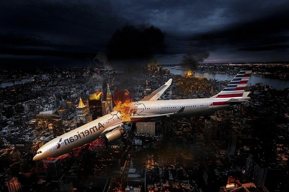 В США самолет врезался в зда…