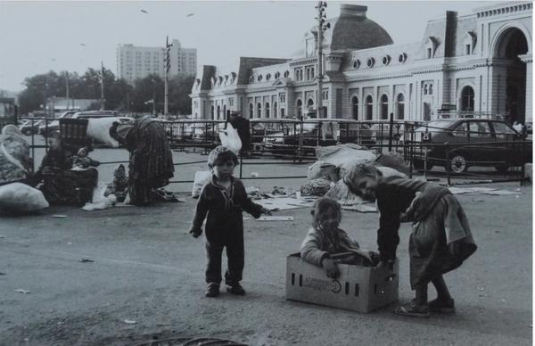 Россия при Ельцине. Живет за счет оставшихся богатств СССР, которые постепенно приватизируют коррумпированные власти.