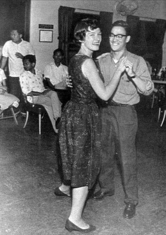 Брюс Ли танцует