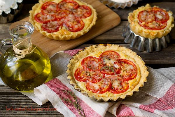 Киш из сырного теста с сырно-томатной начинкой