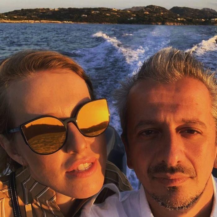 Ближе к телу: Ксения Собчак поделилась пикантным снимком с книгой жениха