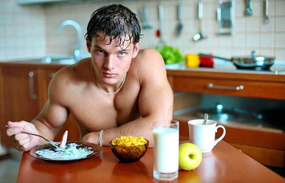 Хотите узнать, какой мужчина в постели? Посмотрите, как он ест!