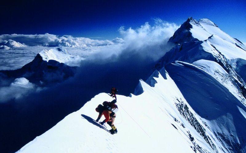 Аннапурна Месторасположение: Непал. Гималаи Высота: 8 091 м Лучше всего Аннапурну описывают слова американского альпиниста Эда Витуса: «Аннапурна представляет собой одну сплошную опасность, сплошь покрытую льдом. Один большой кусок льда с ледовыми наростами на нем. И вопрос состоит в том, в какую сторону повернется следующий нарост, вперед или назад». Аннапурна по праву считается одной из самых опасных гор. Около 40% альпинистов, пытавшихся ее покорить, так и остаются лежать на ее склонах.