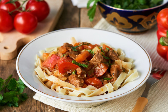 Быстрый мастер-класс: готовим пикантный лагман перец, овощи, болгарский, лагмана, морковь, нарежьте, готовую, лапшу, обжаривайте, растительного, казан, время, томатная, паста, лавровый, специи, вкусу, кусочки, говядину, редьку
