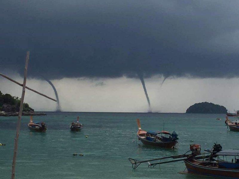 Люди стали собираться на пляже острова Ко Липе, расположенном на юге Таиланда, когда к нему начали приближаться тёмно-серые грозовые облака в мире, видео, природа, смерч, таиланд, туристы