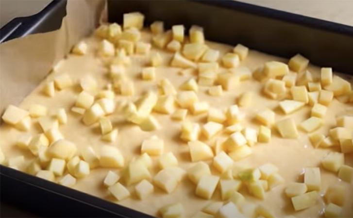 И торта не надо! С яблоками и кремом этот пирог просто бесподобен! сладкая выпечка
