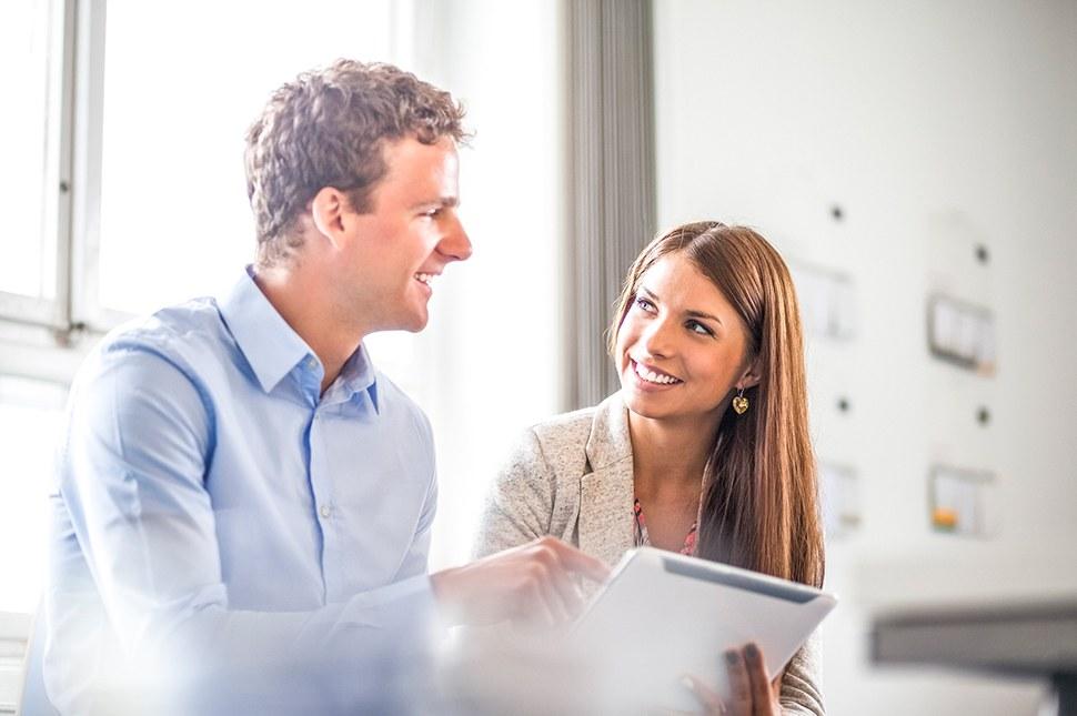 Плюсы и минусы: у вас сложились отношения с коллегой по работе