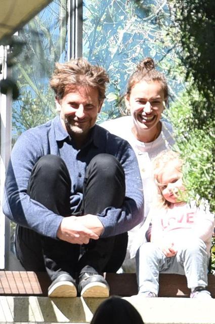 Счастливые Ирина Шейк и Брэдли Купер наслаждаются прогулкой с дочерью Леей Звездные пары