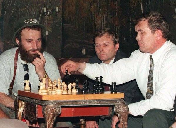 Ширвани Басаев и Александр Лебедь играют в шахматы. 1 августа 1996 года.