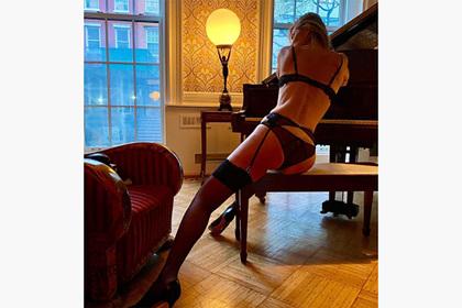 55-летняя модель снялась в белье у рояля и назвала свою красоту даром Ценности