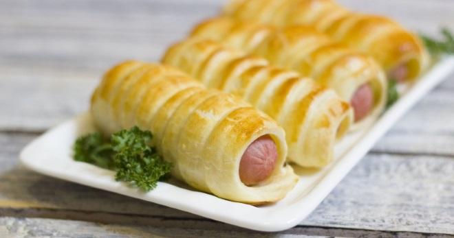 Сосиски в слоеном тесте - лучшие способы оформления и приготовления закуски