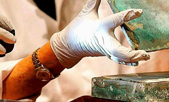 Коробка с медалями лежала в стене больше 200 лет: рабочие случайно задели тайник