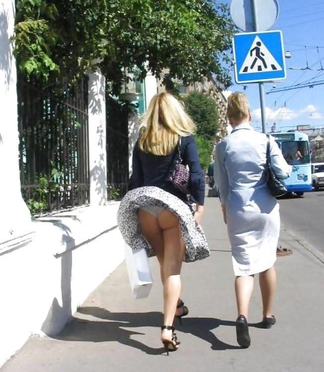 фото приколи пацани поднемают девчонкам и женщинам юбки ифотографируют на камеру лично наблюдала