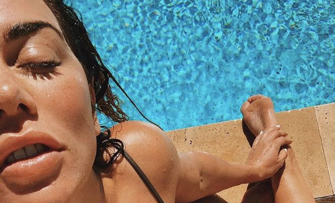 Анна Седокова надела купальник и вышла на грядки Культура