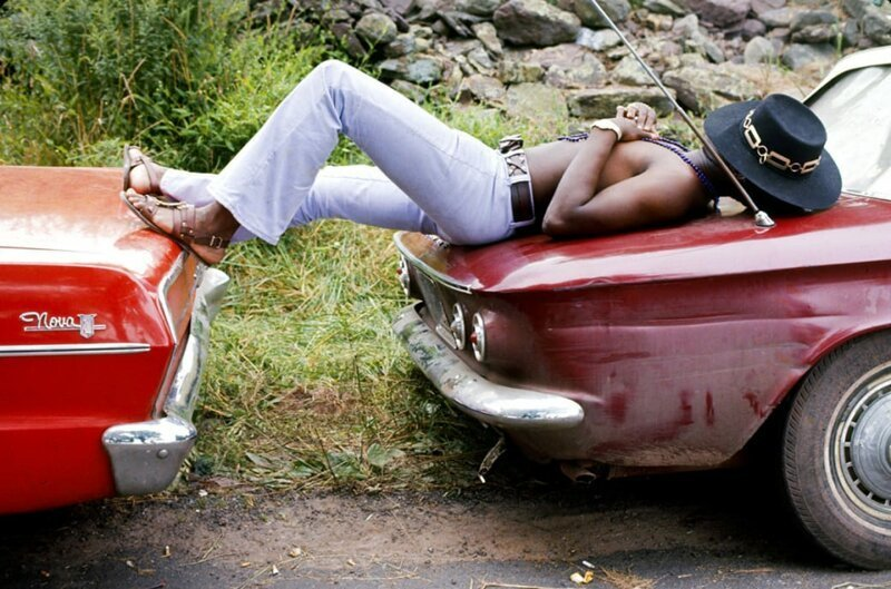 Мужчина спит на двух припаркованных автомобилях во время Вудстокской ярмарки музыки и искусств, 1969 год. Фото: Bill Eppridge / Getty Images. интересное/. фотографии, история, хиппи