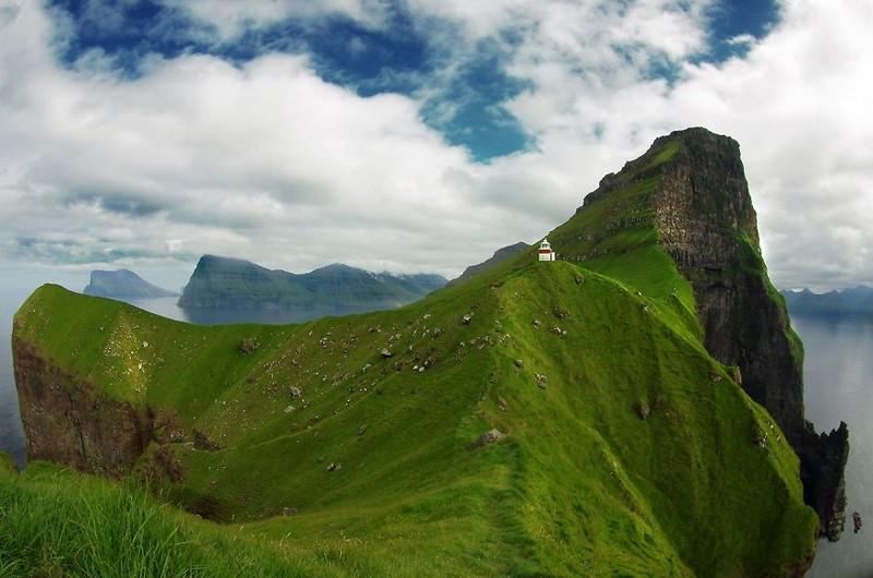 10. Домик на скале. Исландия.