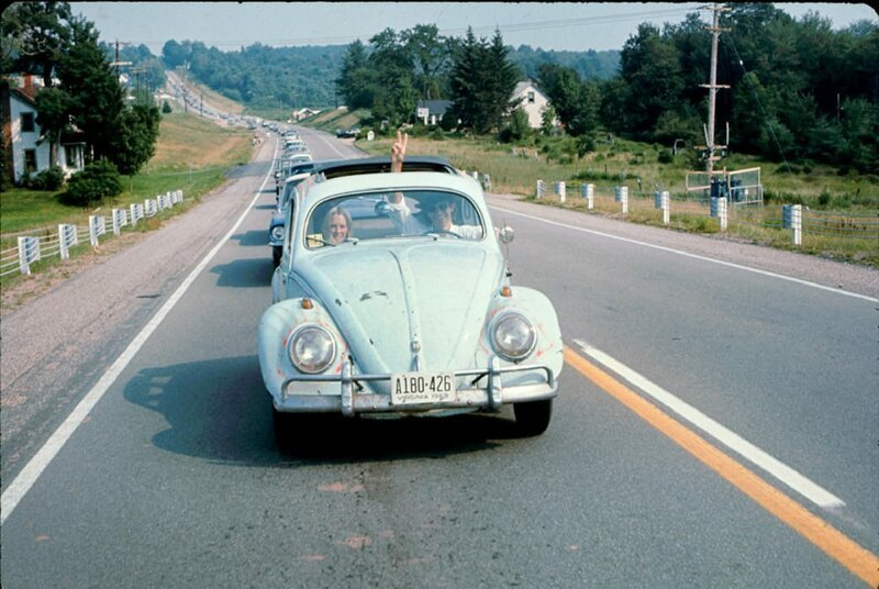 Пара едет на Вудсток на машине Volkswagen Beetle, 1969 год. Фото: Ralph Ackerman / Getty Images. интересное/. фотографии, история, хиппи