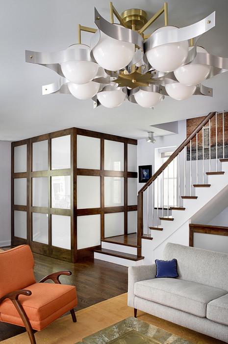 Подобная перегородка от полка до потолка создаст ощущение совершенно отдельной комнаты.
