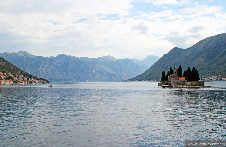 Из Пераста можно на лодке или катере добраться на расположенные рядом островки.