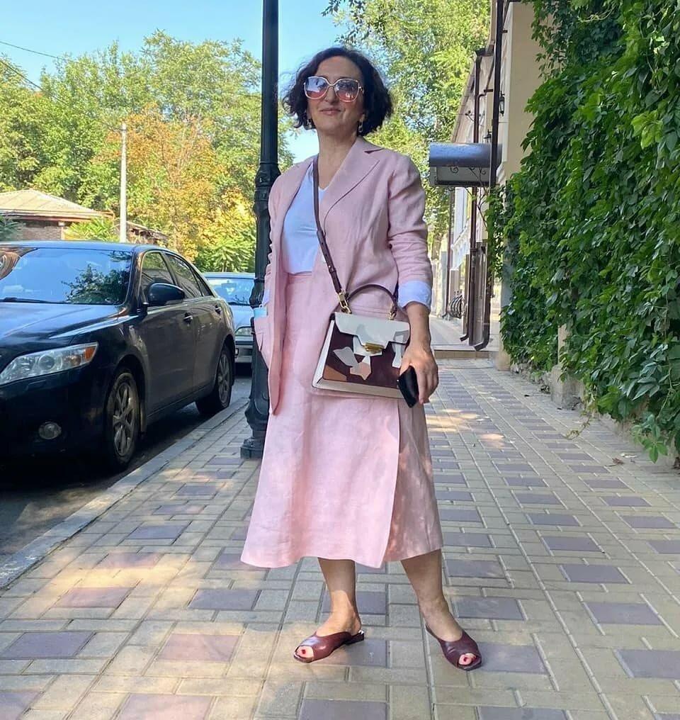 Летний городской стиль для женщин 50+ ткани, сумка, принтом, подобрали, детали, Дополнительные, цвета, силуэта, часть, брюки, белым, жакет, слегка, этому, свободный, выбор, отличный, выбрали, рукавов, образов