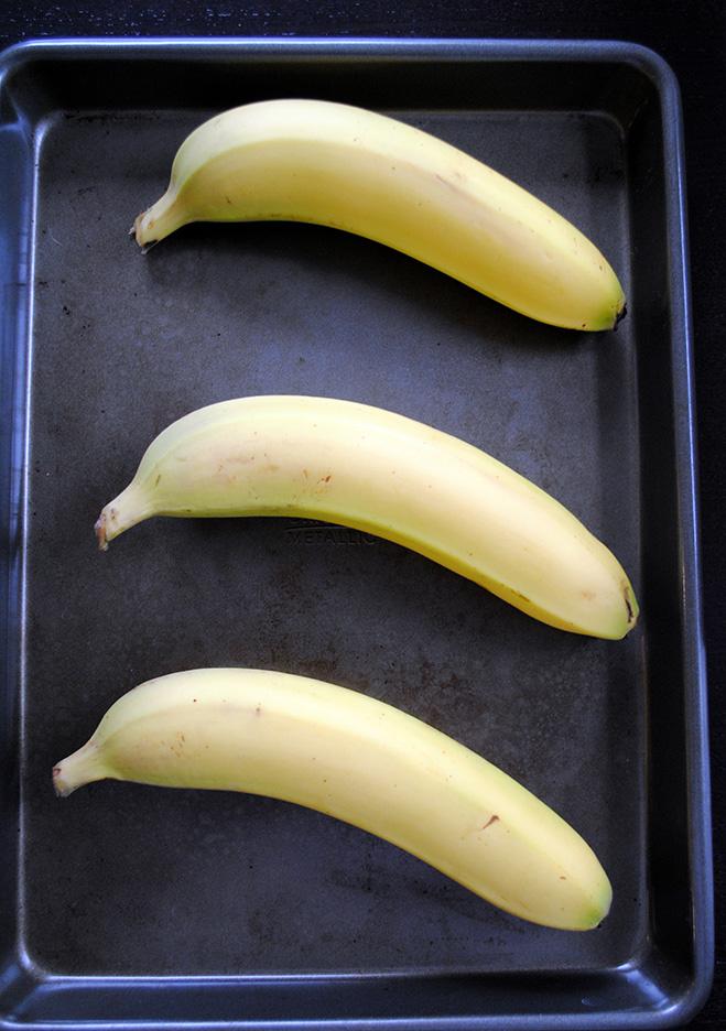 В той же духовке можно ускорить процесс дозревания бананов