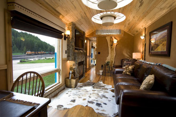 Это обычный старый вагон в лесу. Но стоит лишь приоткрыть дверь вагон, отель