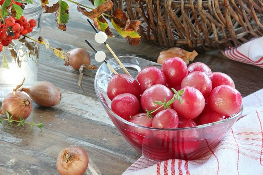 Маринованный лук со свеклой: прекрасное дополнение к любому блюду