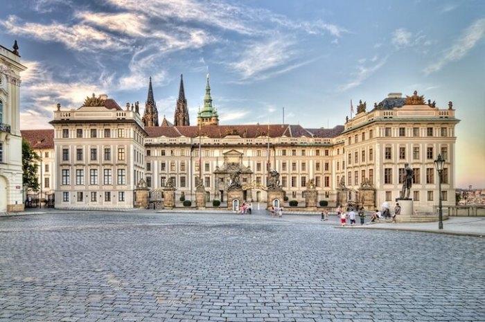 Главная резиденция чешских князей и королей 12-16 веков расположена на территории крепости Пражский Град.