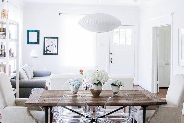 Элегантный интерьер квартиры - белая гостиная