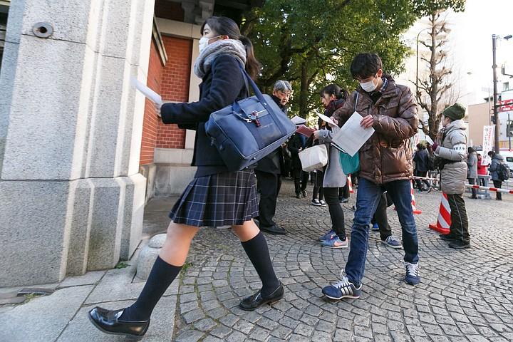 Пожилой автомобилист протаранил толпу школьников в Японии