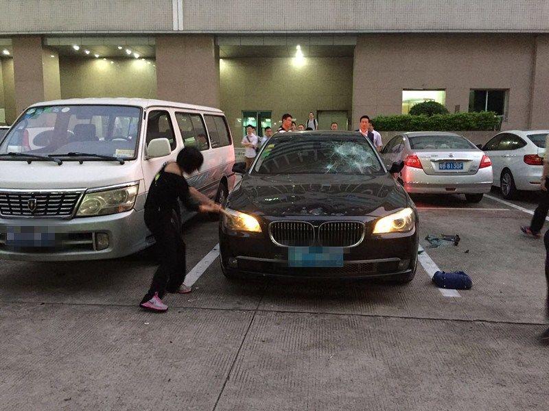 """Узнав об измене, китаянка """"оторвалась"""" на автомобиле мужа"""
