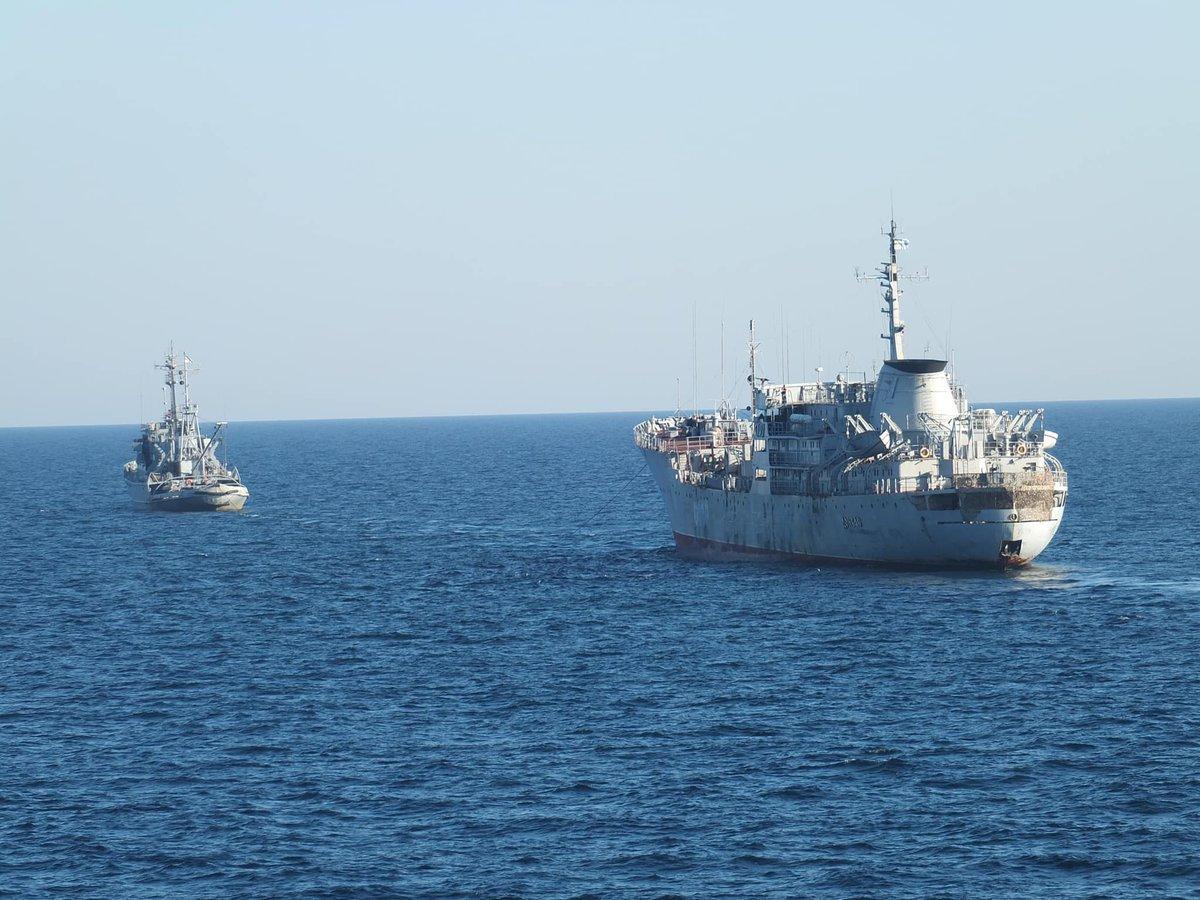 Украинские корабли ВМС приближаются к Крымскому мосту